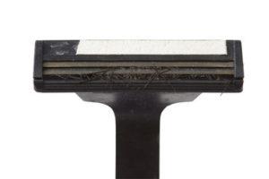 Un rasoir de mauvaise qualité ou avec une lame usée et abimée peut favoriser l'apparition des poils incarnés