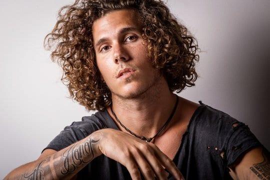 Curly hair homme style - MAN ITSELF - Spécialiste des produits de soin visage, rasage, corps, cheveux, bouche, accessoires et idées cadeaux homme
