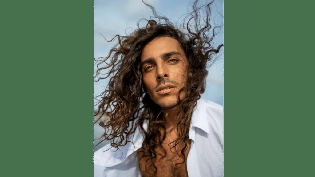 cheveux longs hommes lâchés