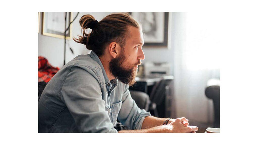 cheveux longs homme chignon