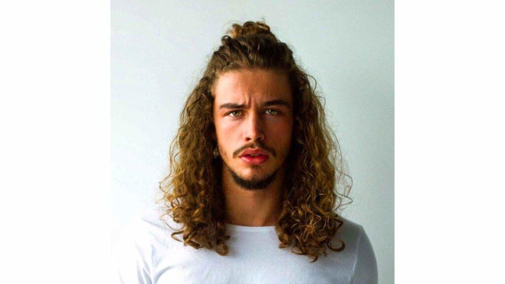 cheveux longs hommes half bun